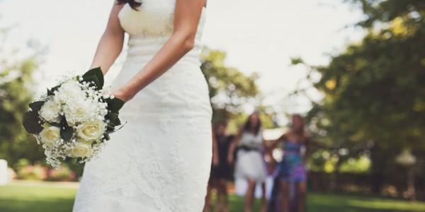 Lancio del bouquet, il significato della tradizione nuziale!